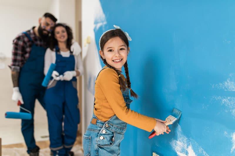 Kind streicht eigene Wand