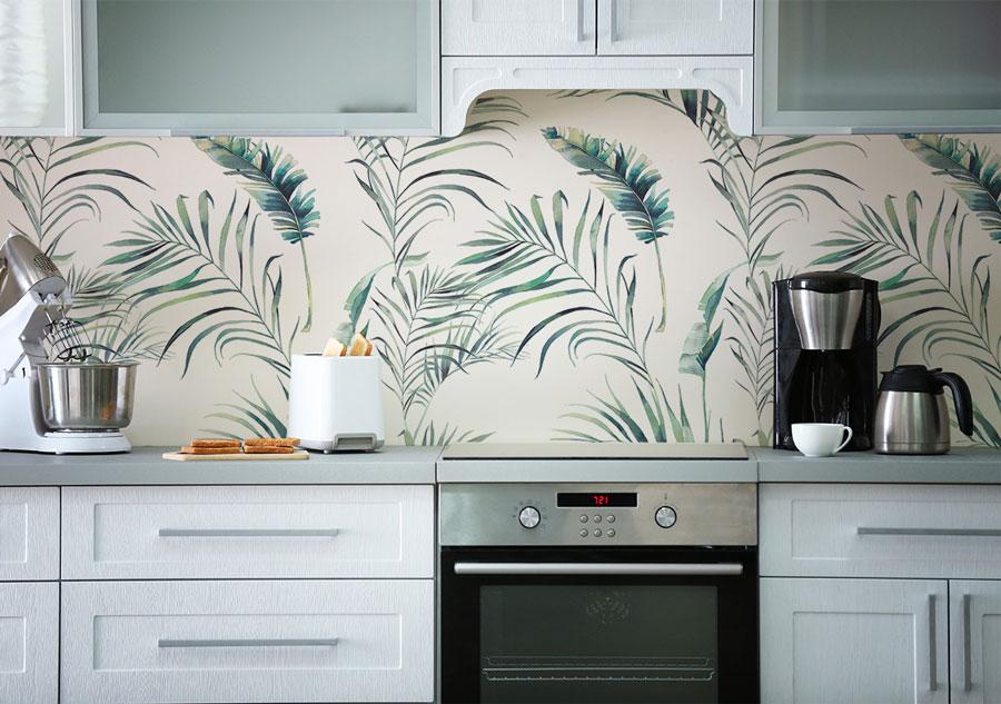 Zarte-Fototapete-Palmenblätter-in-Küche