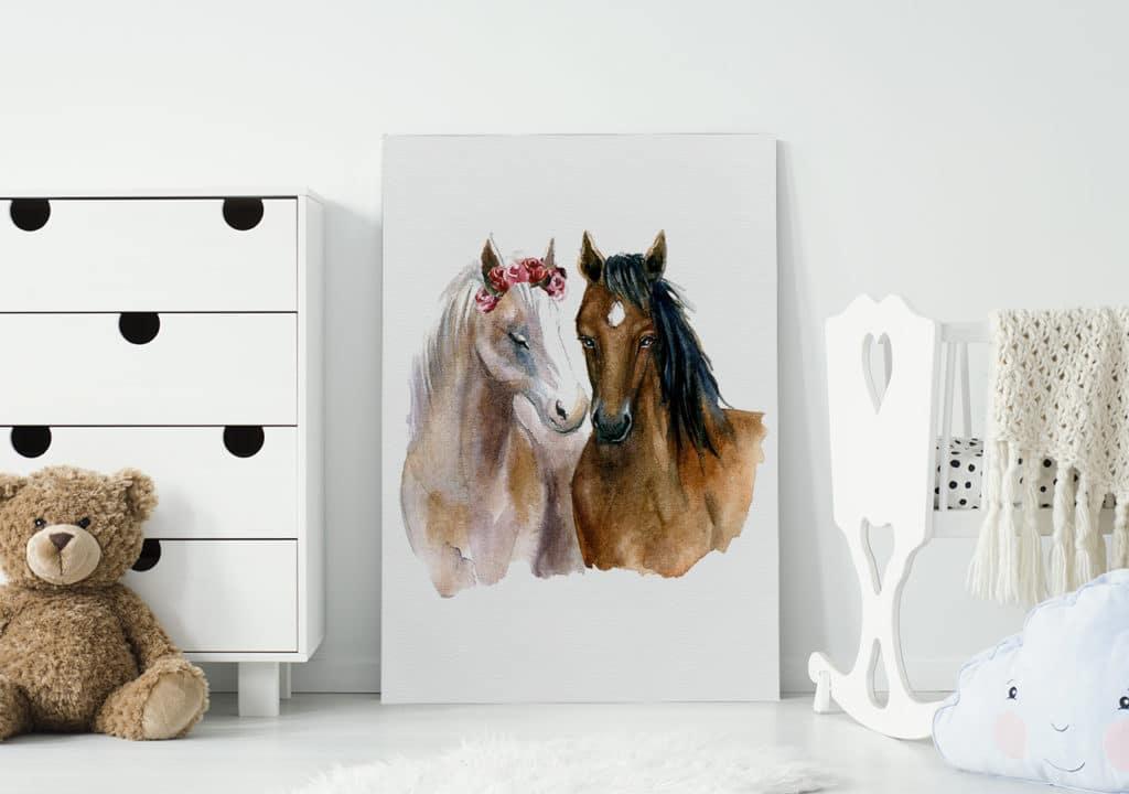 Zwei verliebte Pferde auf dem Bild im Babyzimmer