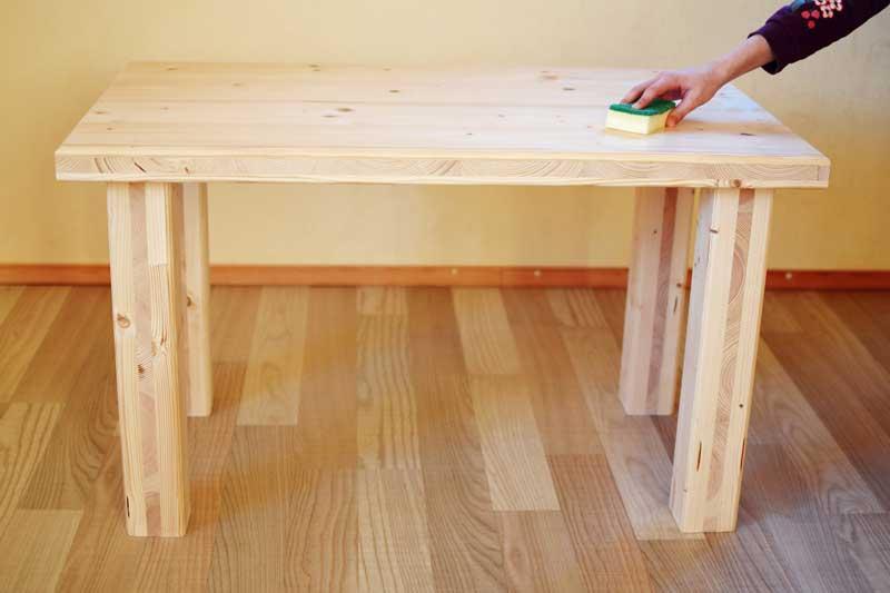 Tisch aus Fichtenholz